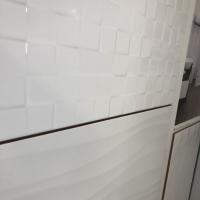 Fényes fehér felületű csempe mozaikkal és hullámmal