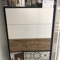 Csillogó fehér csempe 30x90-es méretben, fahatású dekorral, 60x60-as patchwork padlóval